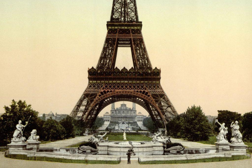 Imágen de la Torre Eiffel en el cambio de siglo.